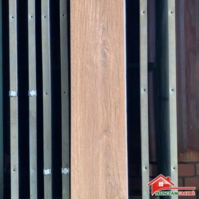 Gạch giả gỗ 20x120 vàng nâu lát nền phòng khách đẹp